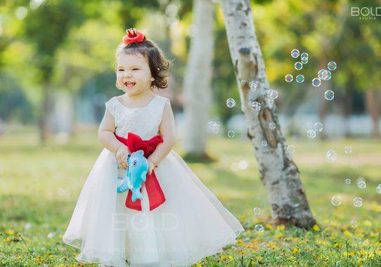 Báo Phụ Nữ Life: Câu chuyện thú vị về cô bé 16 tháng tuổi hồn nhiên, tinh nghịch trong vạt nắng mật ...