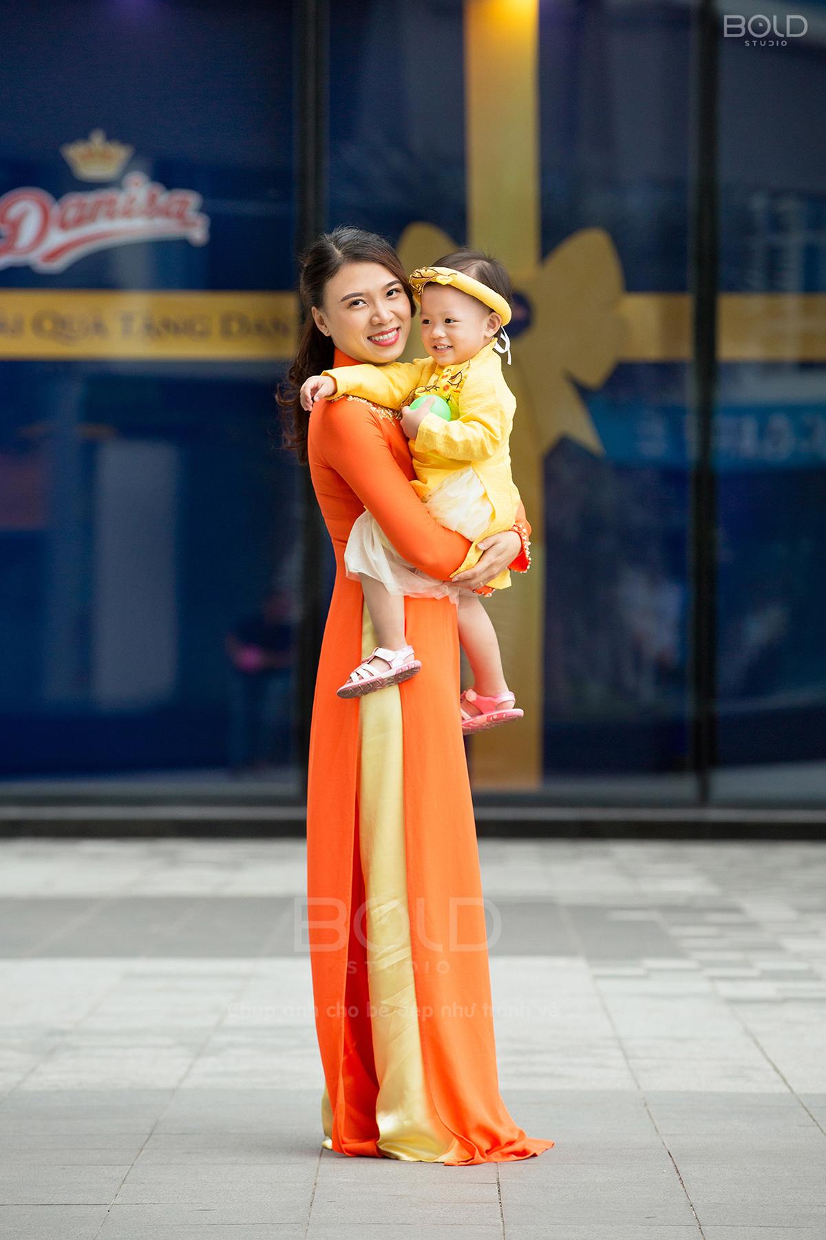 chụp hình mẹ và bé